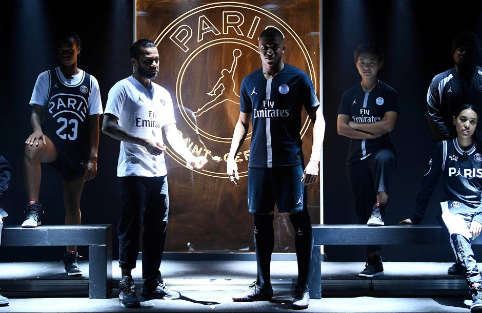 Kylian Mbappé (Mitte, rechts) und Dani Alves (Mitte, links) präsentieren die neuen Trikots für die Champions League.