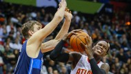 Deutsches Duell in der NBA: Schröder (r.) setzt sich durch gegen Nowitzki