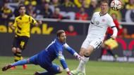 Unerfüllte Sehnsucht: Eintracht-Torwart Trapp und Verteidiger Madlung blicken Ball und Zielen hinterher