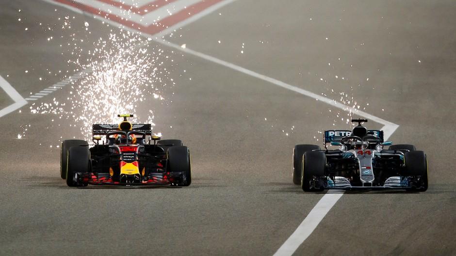 Max Verstappen (links) lieferte sich ein Duell mit Hamilton in Bahrein.