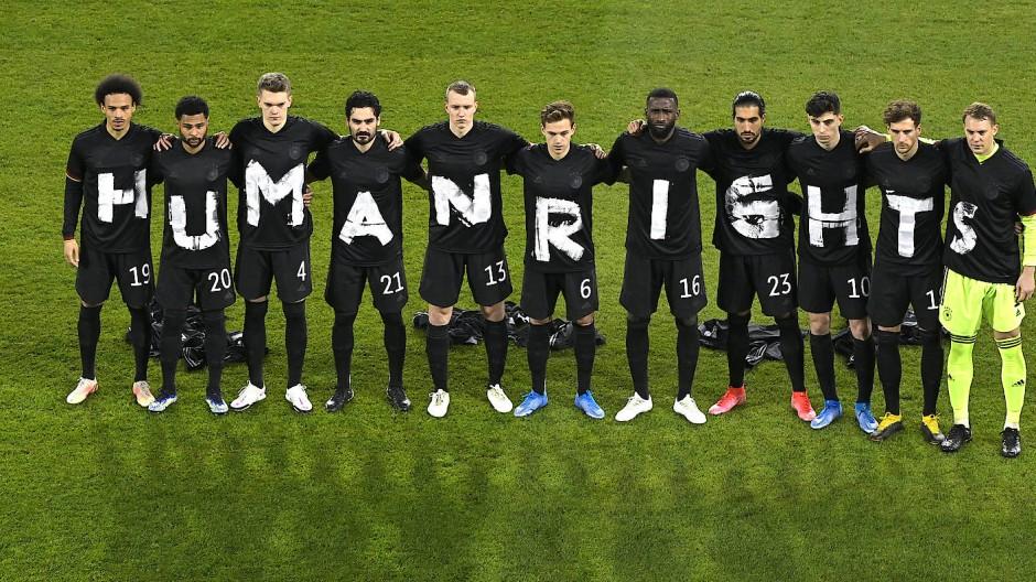 Weiß auf schwarz: Einsatz des DFB-Teams für die Menschenrechte