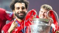 Traum erfüllt: Mo Salah stemmt den Siegerpokal der Champions League nach dem Finale 2019 in die Höhe.