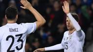 Torjäger unter sich: Mario Gomez und Thomas Müller (rechts) freuen sich