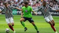 Zwei gegen einen? Kein Problem für Wolfsburgs Gomez (Mitte).
