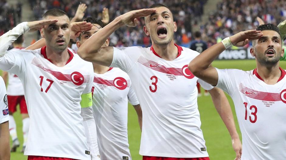 Politische Botschaft oder Gruß an Freunde und Angehörige? Türkische Spieler in Paris