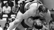 Der bekannteste Wurf der deutschen Ringergeschichte: Wilfried Dietrich bei den Olympischen Spielen 1972 im Kampf gegen den 200-Kilo-Koloss Chris Taylor.