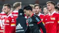 Ärger nach Abpfiff: Leverkusens Nadiem Amiri (Vordergrund) soll beleidigt worden sein.