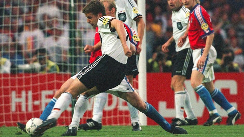"""""""Dreh dich andersrum"""": Oliver Bierhoff schießt nach Hinweis von Marco Bode das erste Golden Goal der Geschichte"""