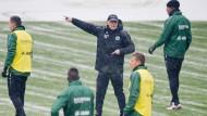 Neu in Hannover: Thomas Schaaf gibt bei seiner ersten Trainingseinheit direkt lautstarke Anweisungen