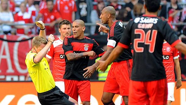 Referee niedergestreckt