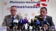 Albrecht Schreiber, Leitender Oberstaatsanwalt der Frankfurter Staatsanwaltschaft (l.) und der Wiesbadener Polizeipräsident Stefan Müller bei der Pressekonferenz am Donnerstag in Wiesbaden