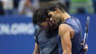 Zwei Helden eines großen Spiels: Rafael Nadal tröstet Verlierer Thiem (links)