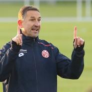 Trainieren mit gebotenem Abstand: Trainer Achim Beierlorzer zeigt es seinen Spielern bei Mainz 05.