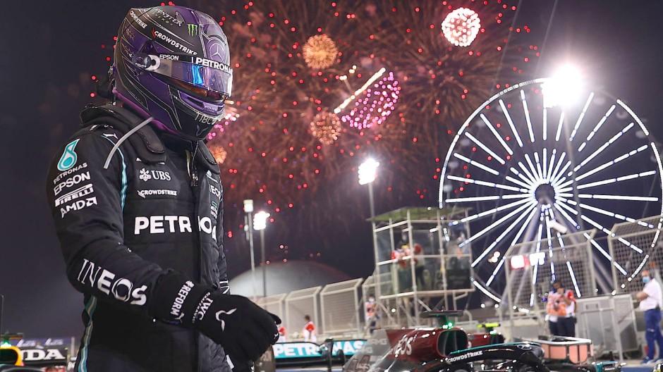 Ein Feuerwerk für den Weltmeister: Lewis Hamilton distanziert Max Verstappen im Ziel um nicht einmal eine Sekunde.