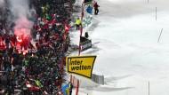 Bengalos für Hirscher: 45.000 Skifans sorgen an der Planai für eine Stimmung wie im Fußballstadion.