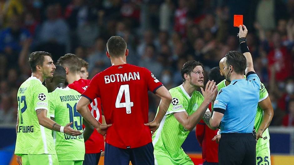 Der Platzverweis für Brooks (verdeckt) machte die Spielanlage nicht leichter für Wolfsburg