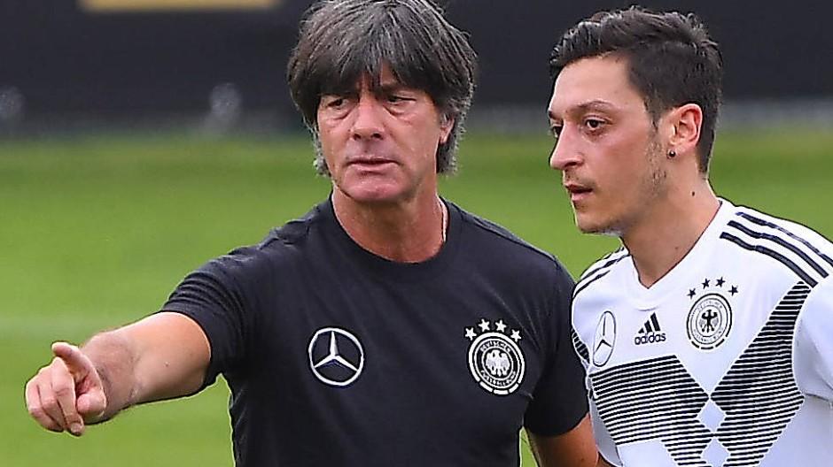 Wenig später trennten sich die Wege: Joachim Löw (links) und Mesut Özil kurz vor der WM 2018.