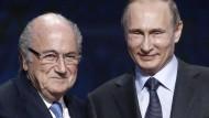 """""""Wenn es jemanden gibt, der den Nobelpreis verdient, sind es diese Leute"""": Wladimir Putin (rechts) lobt Joseph Blatter"""
