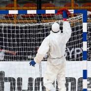 Mit Schutzanzug und Desinfektionsmittel: Die Handball-WM in Zeiten von Corona.