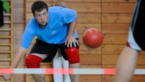 Dynamischer Sport mit klobigem Ball