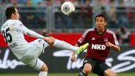 Auf die Technik kommt es an: Freiburgs Sebastian Freis versucht den Ball unter Beobachtung von Makoto Hasebe zu kontrollieren