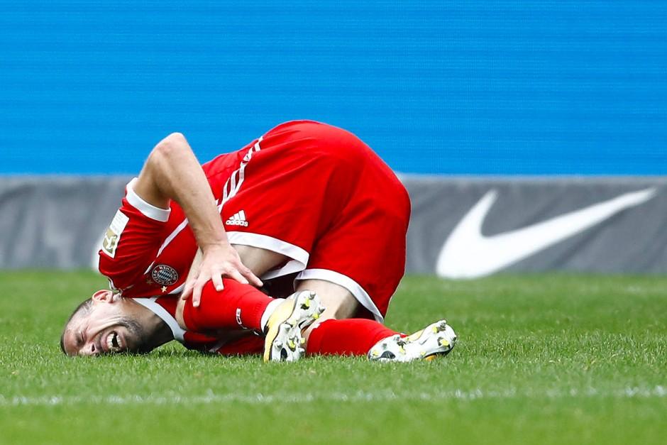 Bitterer Moment für die Bayern: Sie verlieren Ribéry mit einer schweren Knieverletzung.