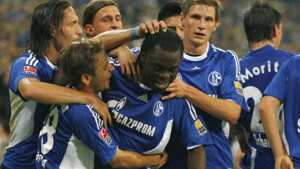 Schalke 04 rückt an das Spitzenduo heran