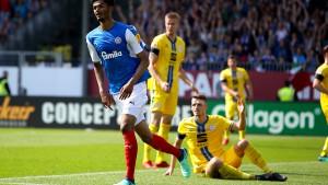 Braunschweig steigt ab - Aue hadert mit Fehlentscheidungen
