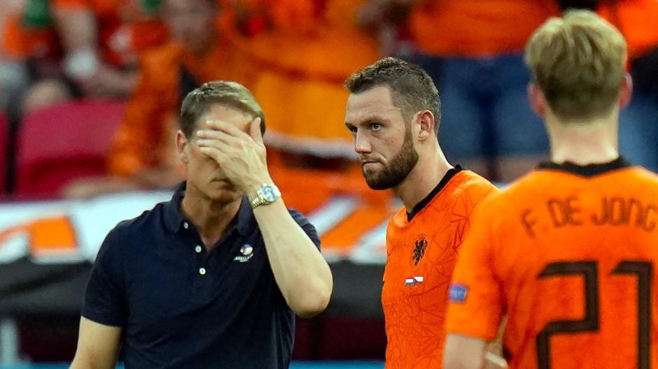 Bondscoach Frank de Boer (links) möchte am liebsten gar nicht mehr hinschauen.
