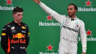 Siegerehrung neben Weltmeister Lewis Hamilton: In Max Verstappen grummmelt es sichtlich (links).