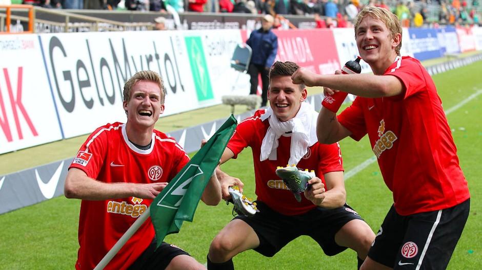 Schon fast coronatauglich: Die Mainzer können sich an Distanzjubel wie einst von den Bruchweg Boys André Schürrle (links), Adam Szalai und Lewis Holtby (rechts) im Jahr 2010 orientieren.
