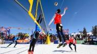 Mit Fußballschuhen an den Füßen: Volleyball im Schnee