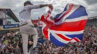 """Mit dem """"Union Jack"""": Lewis Hamilton jubelt 2016 in Silverstone mit der Flagge Großbritanniens über seinen Erfolg."""