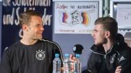 Die netten Kicker von nebenan: Torwart Manuel Neuer hält Timo Werner das Mikro.