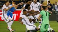 Der Held für den Moment: Kolumbiens Torwart Ospina (rechts, in grün) lässt sich von seinen Mitspielern feiern.