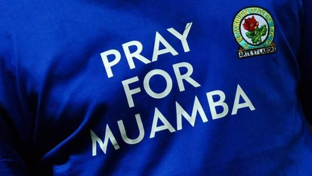 Zahlreiche Kollegen aus der Fußballwelt, wie hier David Dunn aus Blackburn, wünschen Patrice Muamba