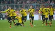 Bayern rutscht aus, der BVB fährt nach Berlin