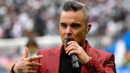 Robbie Williams verwirrt mit Mittelfinger-Geste
