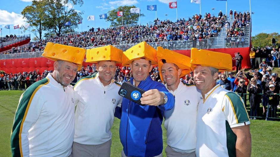 Team Europa posiert mit Käsehüten vor den begeisterten Zuschauern.