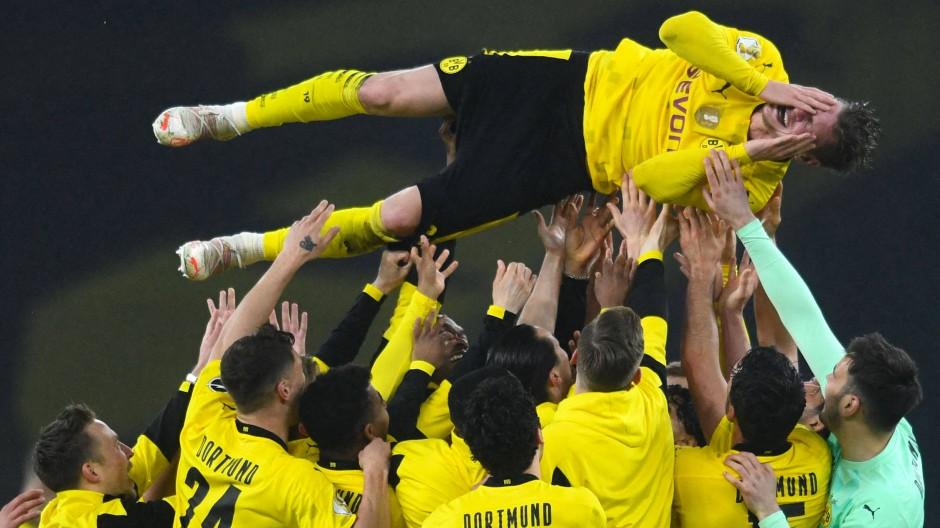 Bald ist die Karriere vorbei: Der emotionale Lukasz Piszczek wird von den Mitspielern gefeiert.