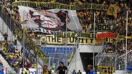 BVB-Fans schmuggeln Hopp-Transparent ins Stadion
