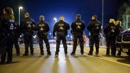 Großeinsätze der Polizei, wie hier in Hannover, sind in der Bundesliga keine Seltenheit mehr
