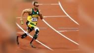 Oscar Pistorius aus Südafrika wird als erster beidbeinig Amputierter bei Olympia und bei den Paralympics an den Sprint-Start gehen.