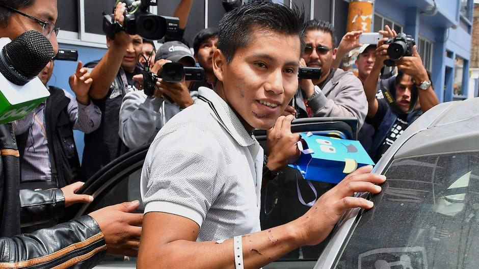 Erweckt viel Aufmerksamkeit: Erwin Tumiri (Mitte) verlässt 2016 zwei Wochen nach dem Flugzeugunglück das Krankenhaus in Bolivien.
