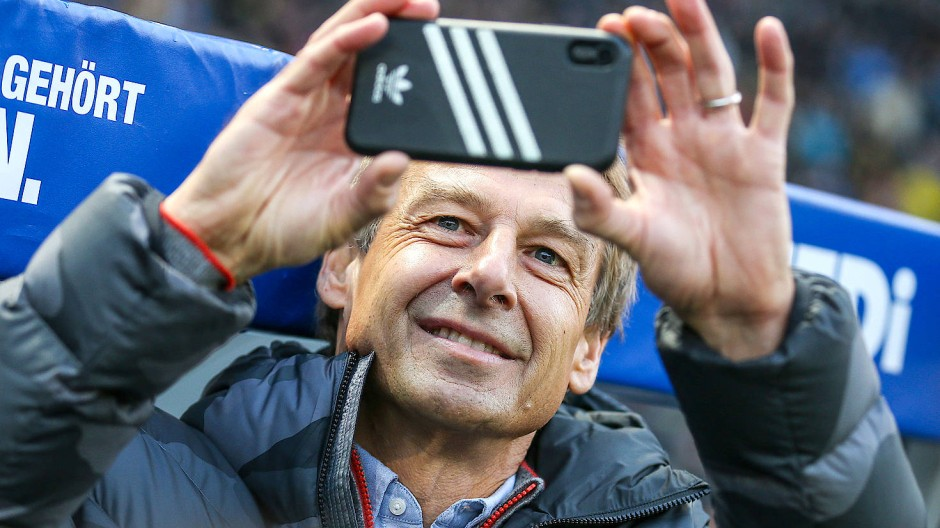 Und dann auch noch die falsche Handyhülle: Hertha-Trainer Klinsmann