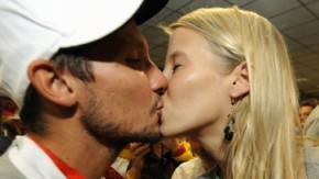 Willkommen zu Hause: Hockeynationalspieler Matthias Witthaus wurde von Freundin Julia Lindemann erwartet © ddp Bilderstrecke - willkommen-zu-hause