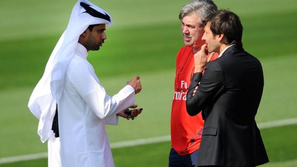 Der Scheich macht euch reich: Nasser Al-Khelaifi (links) mit Trainer Carlo Ancelotti und Sportdirekt