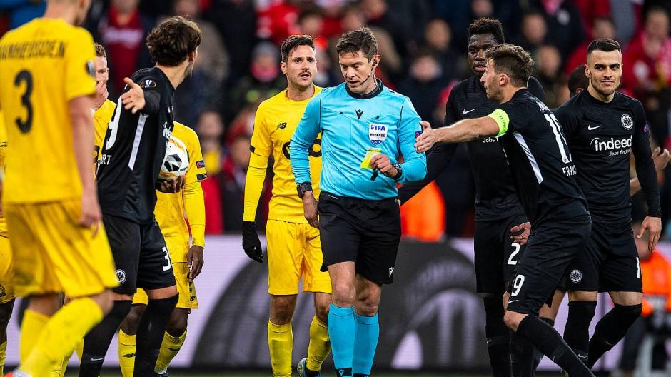 Aufregung auf dem Feld: Die Frankfurter diskutierten mit dem Schiedsrichter Matej Jug (Mitte).