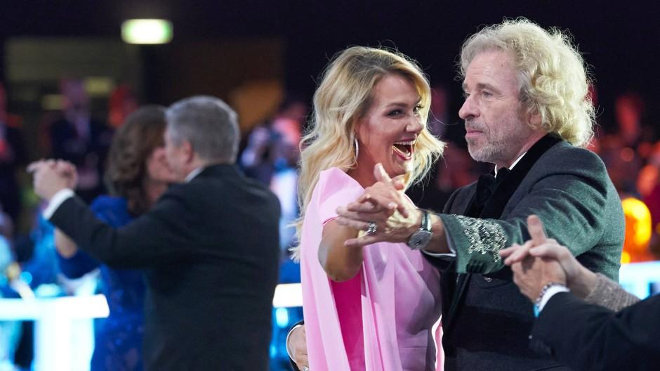 Leidenschaft für Hopserlauf: Entertainer Thomas Gottschalk beim Tanz mit Franziska van Almsick.