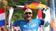 Am Ziel seiner Träume: Patrick Lange gewinnt den Ironman Hawaii.